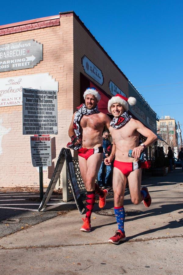 Männliche Läufer, welche die Speedo-Badeanzüge gelaufen in schrulliges Atlanta-Ereignis tragen stockfotos