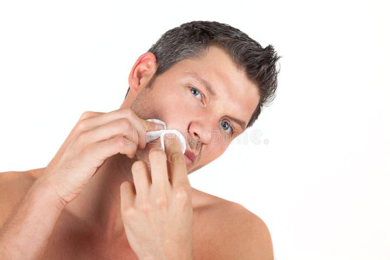 Männliche männliche Hautsorgfalt-Gesichtsreinigung lizenzfreies stockfoto