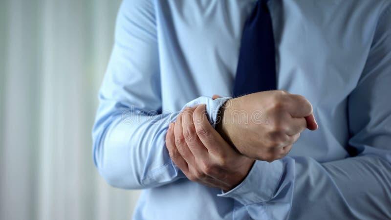 Männliche Managergefühls-Handgelenkschmerz, gemeinsame Entzündung, Karpaltunnelsyndrom stockfotografie