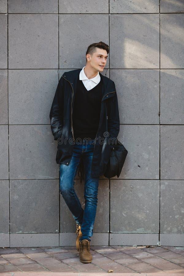 Männliche Modellaufstellung des Modehippies im Freien lizenzfreie stockfotos