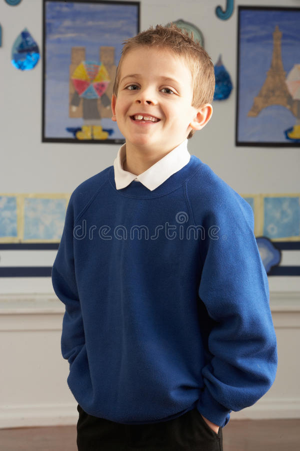 Männliche Primärschule-Pupille, die im Klassenzimmer steht stockbild