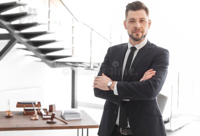 Männliche Rechtsanwaltstellung stockfoto