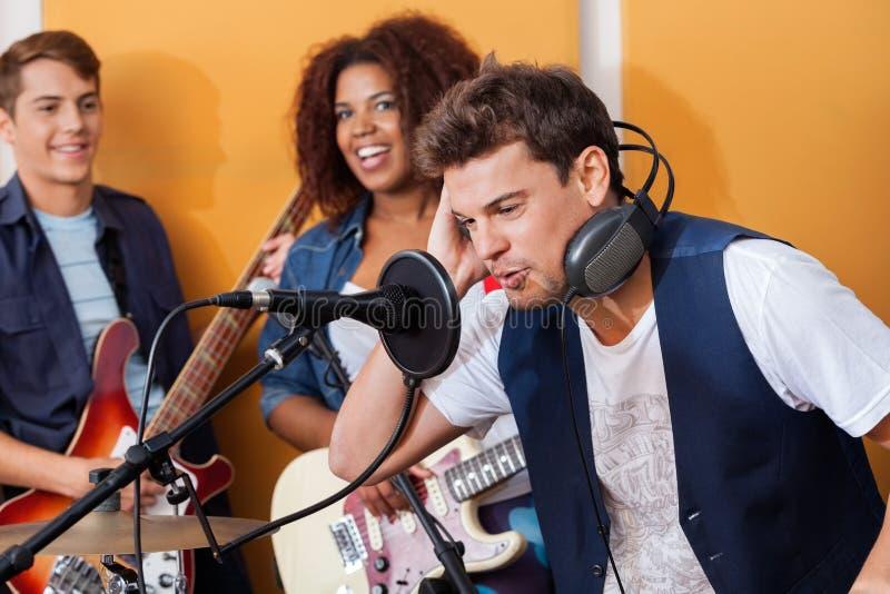 Männliche Sänger-Wearing Headphones While-Ausführung stockbilder