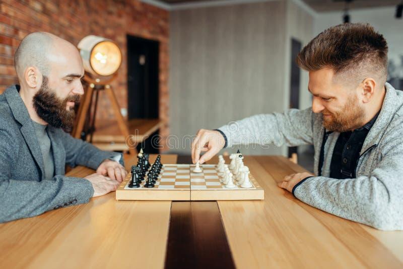 Männliche Schachspieler fangen an zu spielen, die erste Bewegung stockfotografie