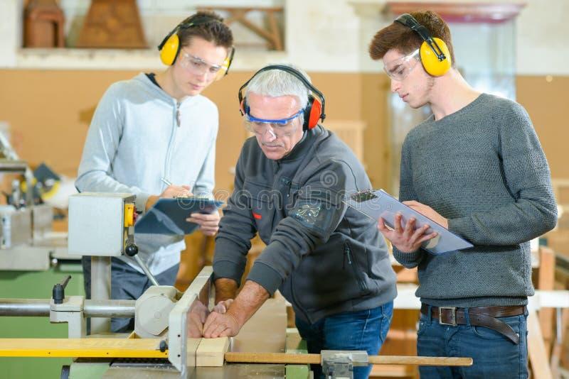 Männliche Studenten in der Holzarbeitklasse stockbilder