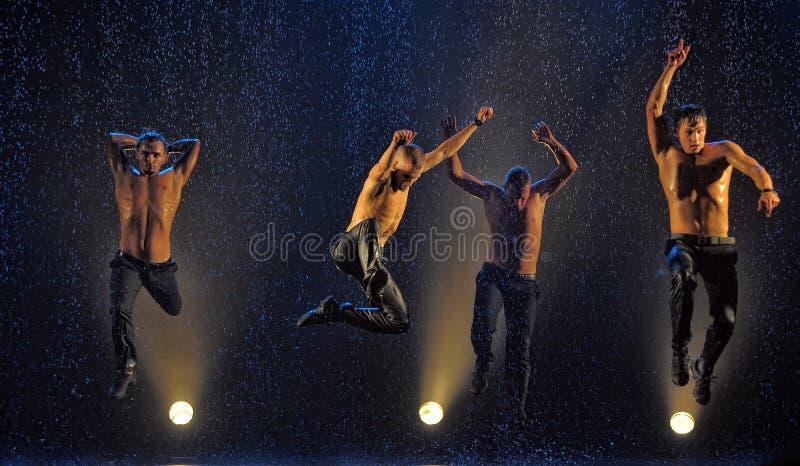 Männliche Tänzer im Regen lizenzfreies stockfoto