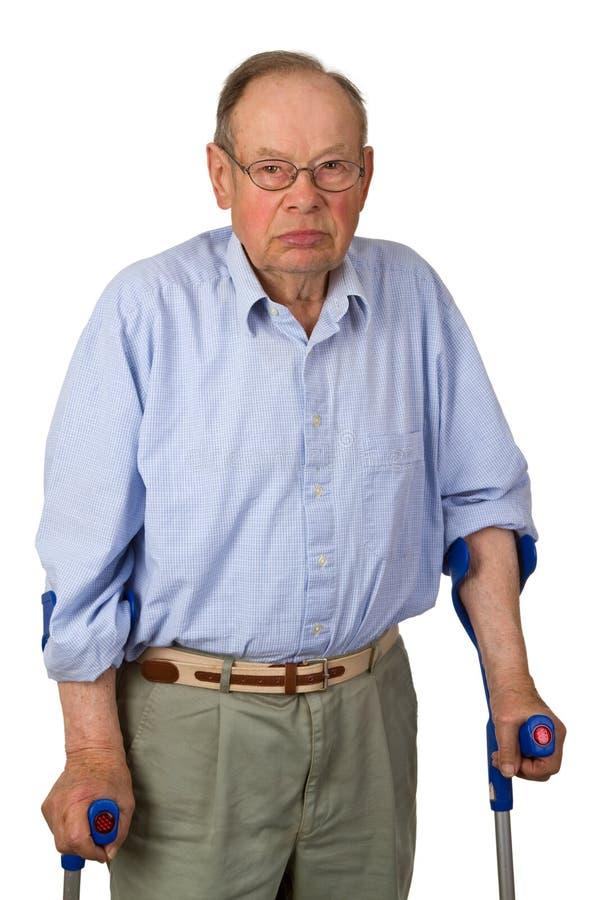 Männlicher Älterer auf Krückeen stockbild