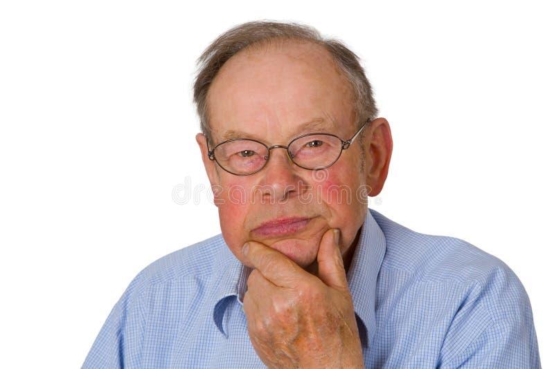 Männlicher Älterer mit der Hand auf Kinn stockfoto