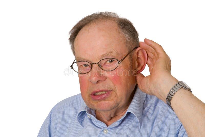 Männlicher Älterer mit der Hand auf Ohr stockfotografie