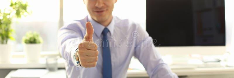 Männlicher Architekt Worker Thumb Up an Büro-Arbeitsplatz stockfotos