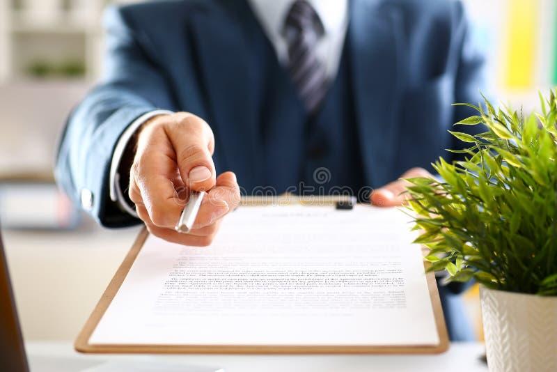 Männlicher Arm in der Klagenangebotvertragsform auf Klemmbrett lizenzfreies stockfoto