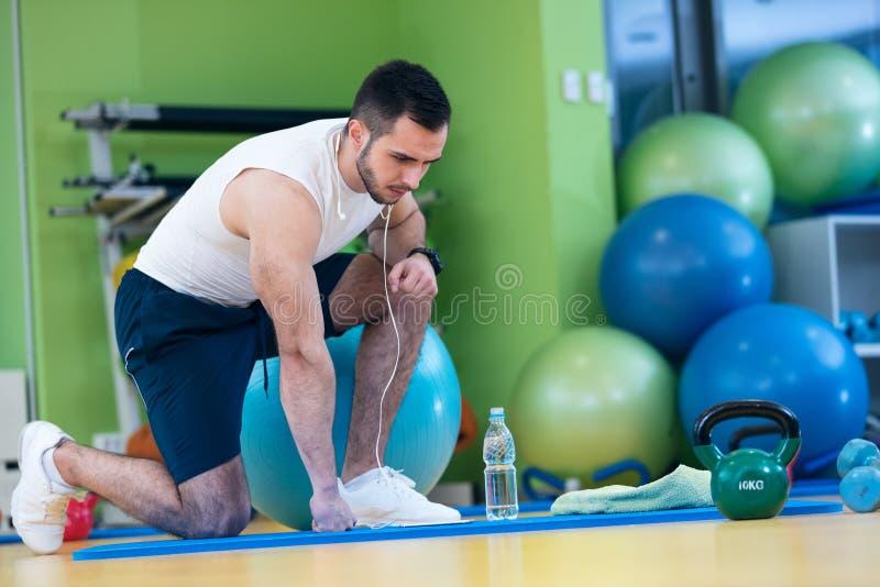 Männlicher Athlet, der unten durch die Dummköpfe toweling sind Schweiß seiner Braue knit stockfotografie