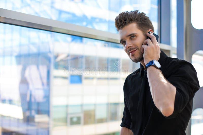Männlicher Banker, der über Mobiltelefon spricht stockbilder