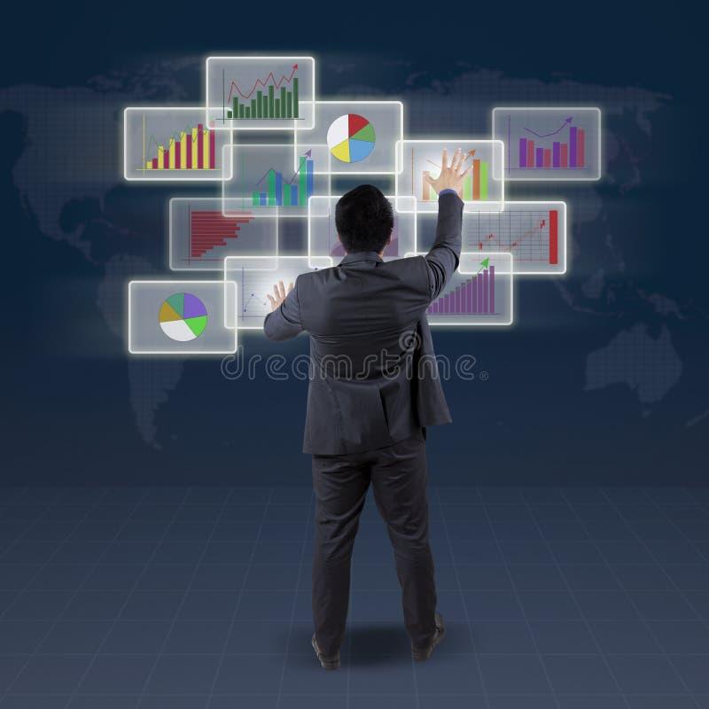 Männlicher Banker handhaben Finanzdiagramm stockfotografie