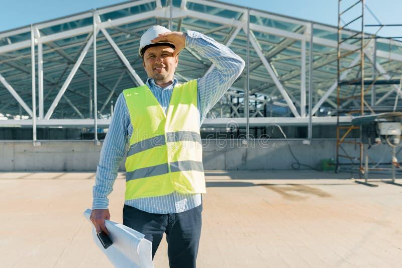 Männlicher Bauinspektor, der eine Baustelle überprüft Gebäude-, Entwicklungs-, Teamwork- und Leutekonzept lizenzfreies stockfoto