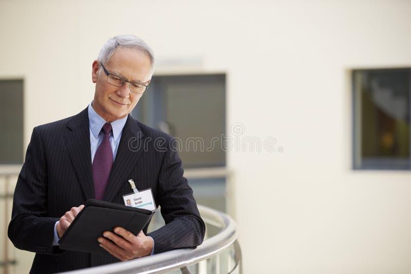Männlicher Berater Using Digital Tablet im Krankenhaus stockfotos