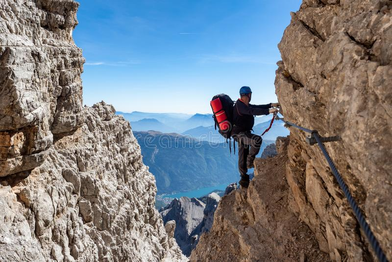 Männlicher Bergsteiger auf a über Ferrata stockfotografie