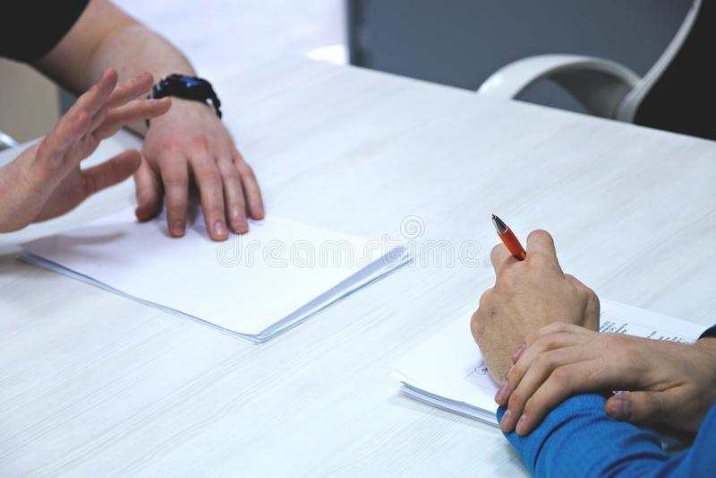 Männlicher Bewerber, der Vorstellungsgespräch, Arbeitgeber lesen die Zusammenfassung, Frage stellend hat lizenzfreies stockfoto