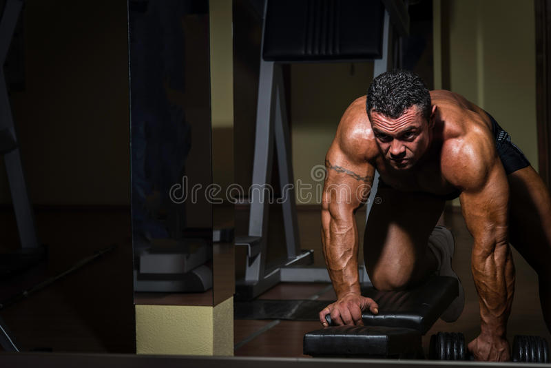 Männlicher Bodybuilder, der Schwergewichts- Übung für Rückseite tut lizenzfreies stockfoto