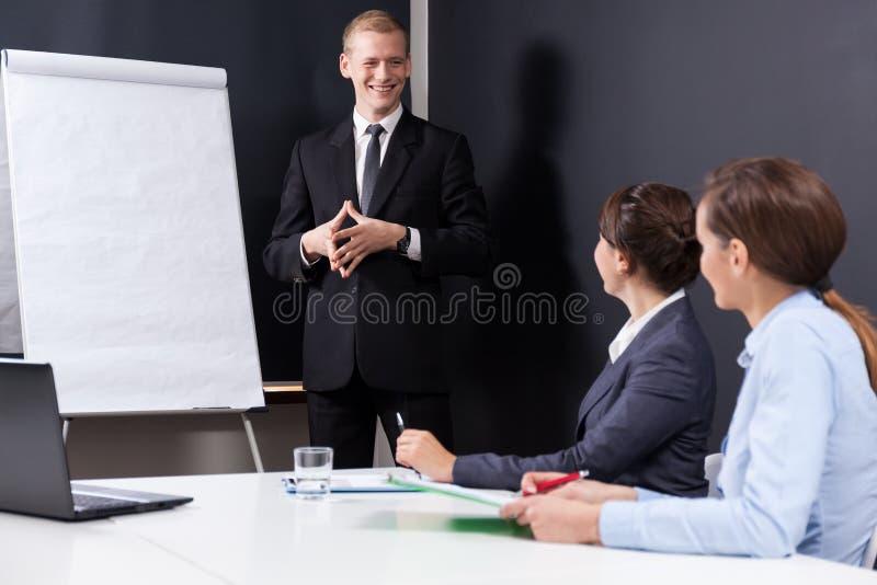 Männlicher Chef, der Unternehmensdaten vorlegt stockbild