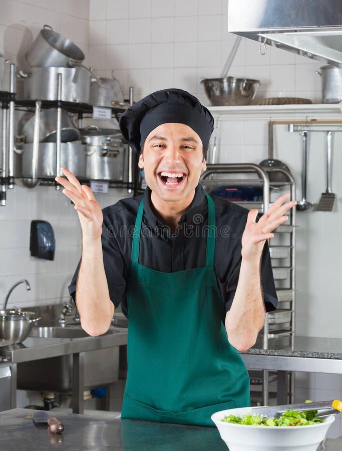 Männlicher Chef Gesturing In Kitchen stockbilder