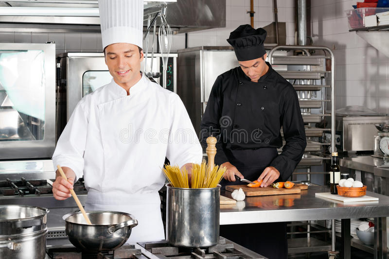 Männlicher Chef Preparing Food lizenzfreies stockfoto