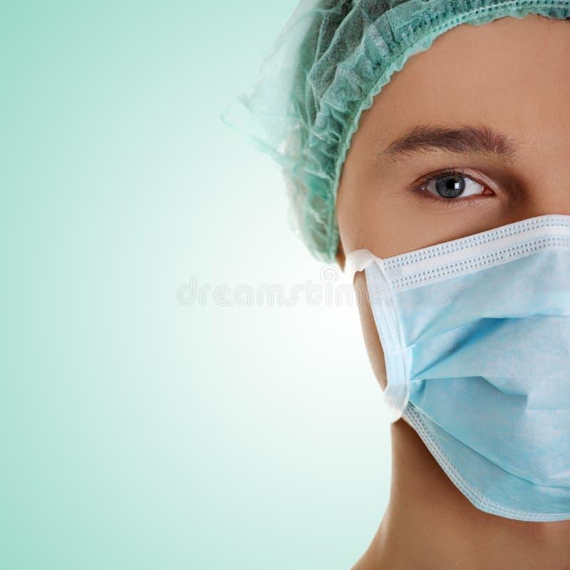 Männlicher Chirurg, der Kamera betrachtet stockbilder