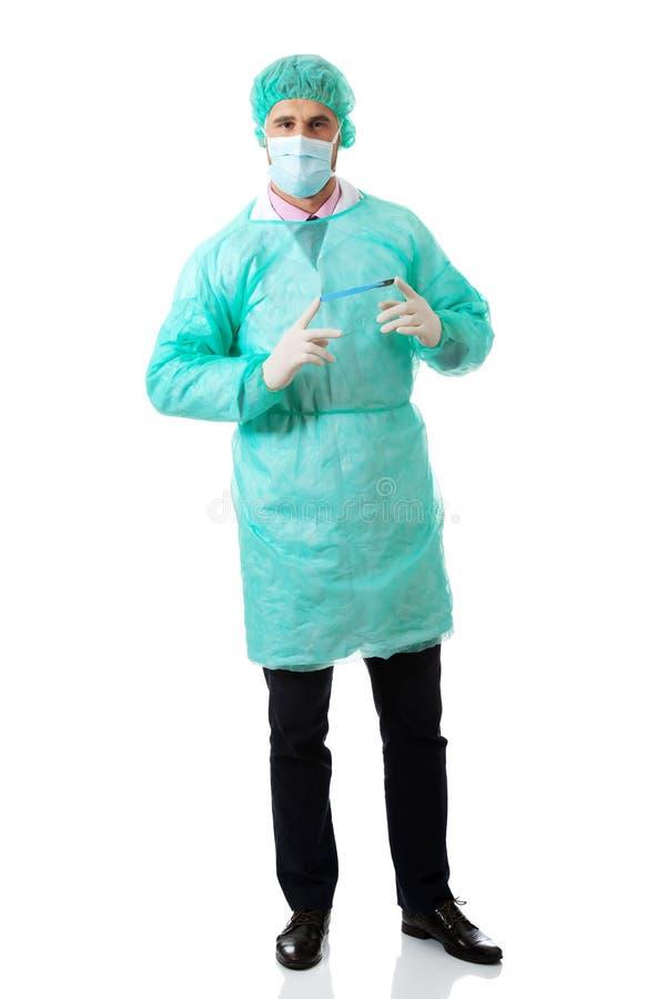 Männlicher Chirurg mit einem Skalpell stockbild
