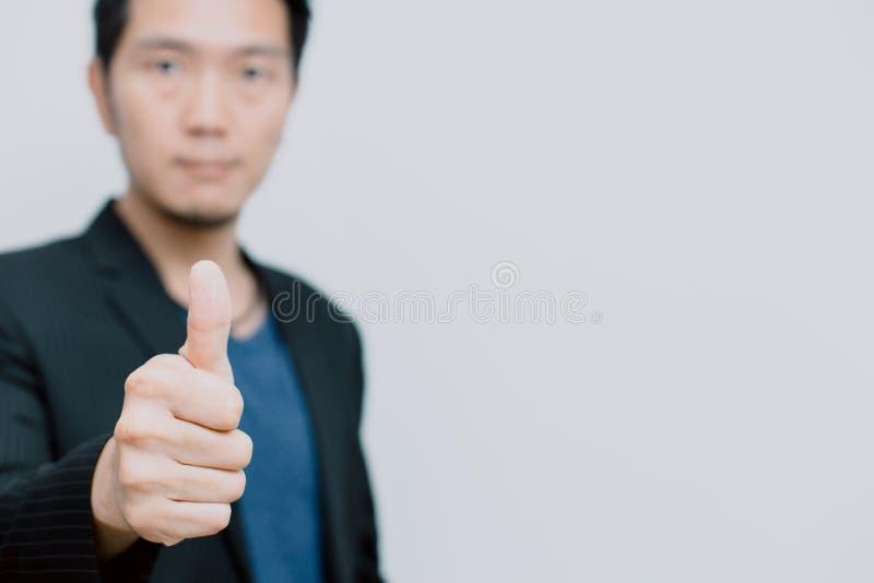 Männlicher Daumen des asiatischen Geschäfts oben auf Weiß lizenzfreie stockbilder