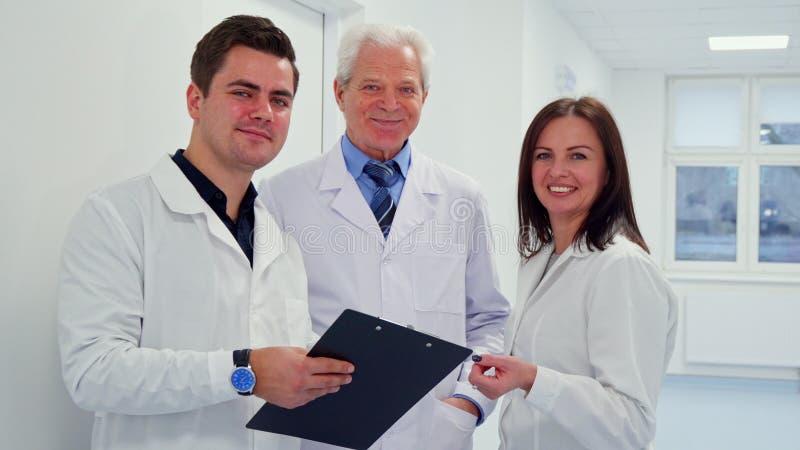 Männlicher Doktor, der Klemmbrett in seiner Hand hält stockfoto