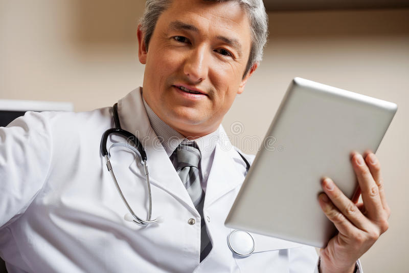 Männlicher Doktor Holding Digital Tablet stockbild