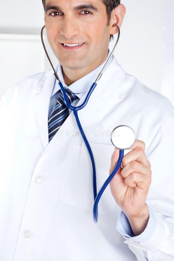 Männlicher Doktor Holding Stethoscope stockfoto