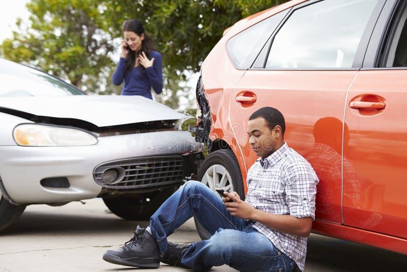 Männlicher Fahrer Making Phone Call nach Verkehrsunfall lizenzfreie stockbilder