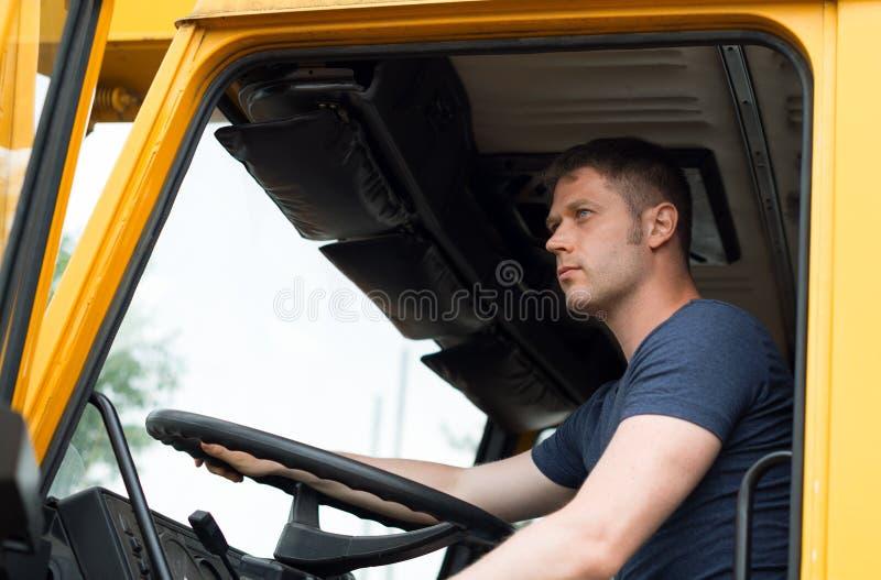 Männlicher Fernlastfahrer stockbilder