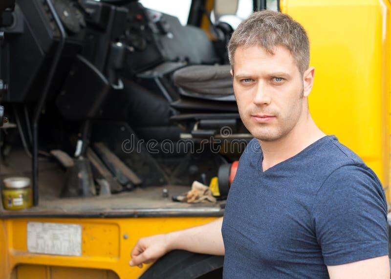 Männlicher Fernlastfahrer stockfotos