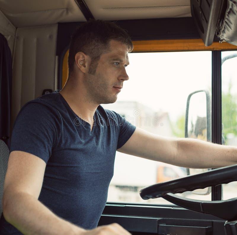 Männlicher Fernlastfahrer stockbild