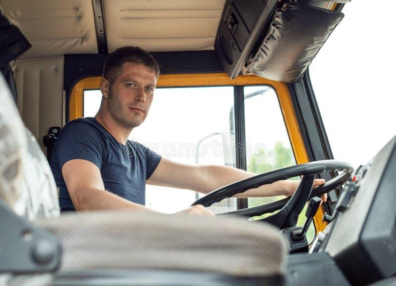 Männlicher Fernlastfahrer lizenzfreies stockbild