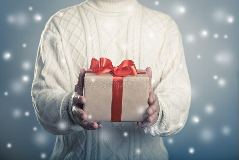 Männlicher gebender Abschluss herauf rotes Band giftbox lizenzfreie stockfotografie