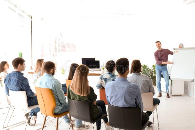 Männlicher Geschäftstrainer, der Vortrag gibt lizenzfreie stockbilder