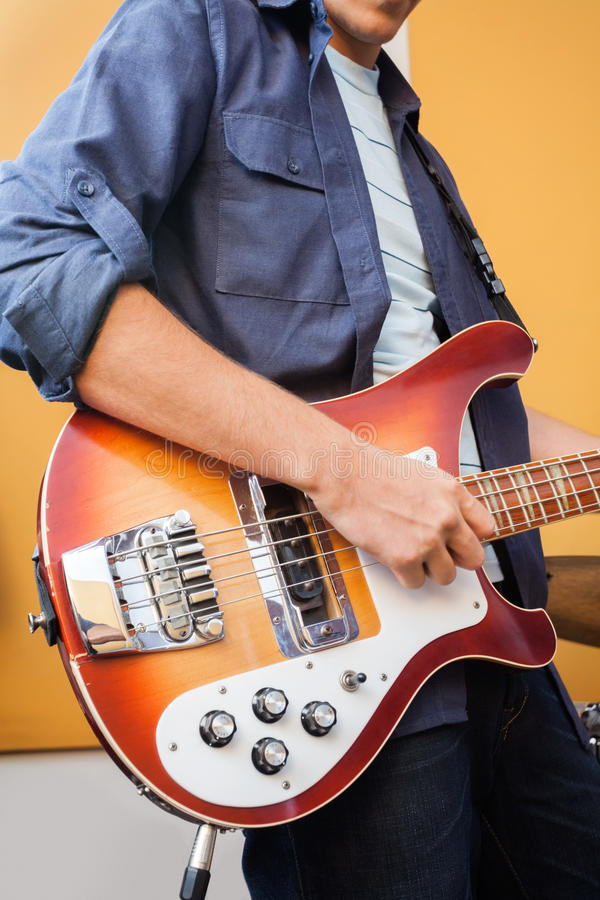 Männlicher Gitarrist Playing Electric Guitar herein stockbild