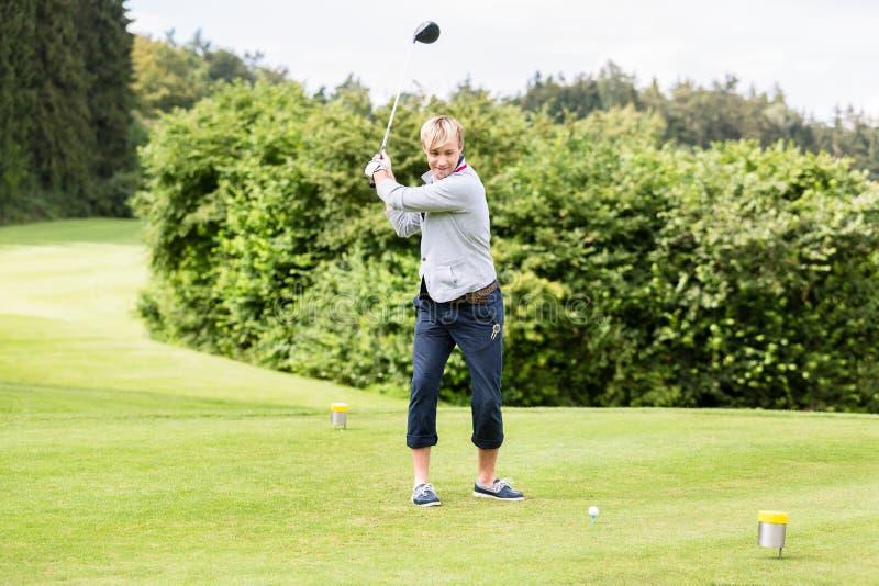 M?nnlicher Golfspieler, der einen Schuss nimmt lizenzfreie stockfotos