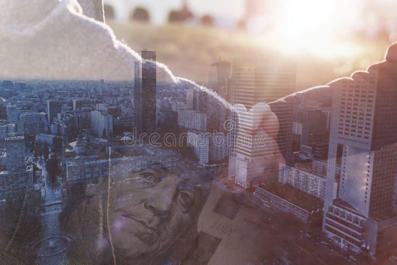 Männlicher Händedruck an einem Geschäftstreffenkonzept Mischfoto lizenzfreie stockfotografie