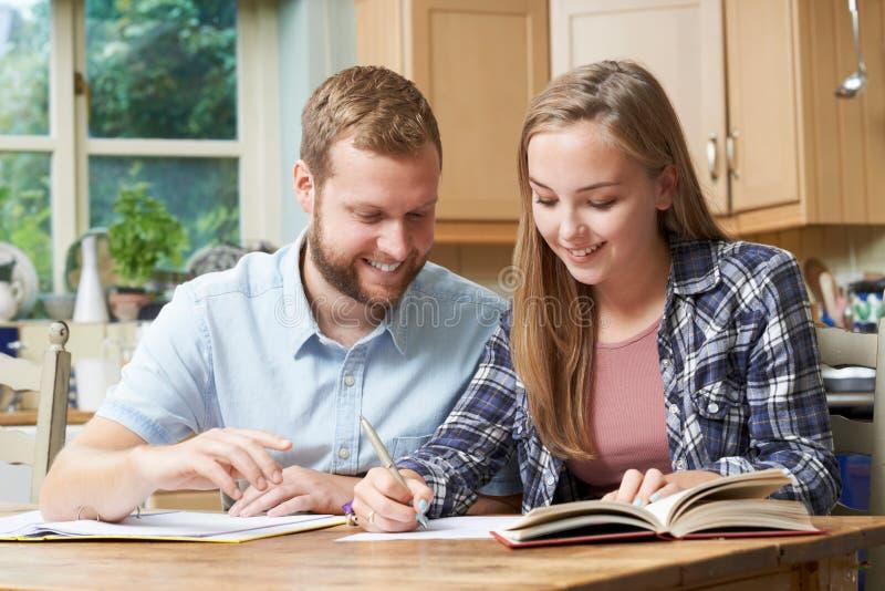 Männlicher Haupttutor Helping Teenage Girl mit Studien lizenzfreies stockbild