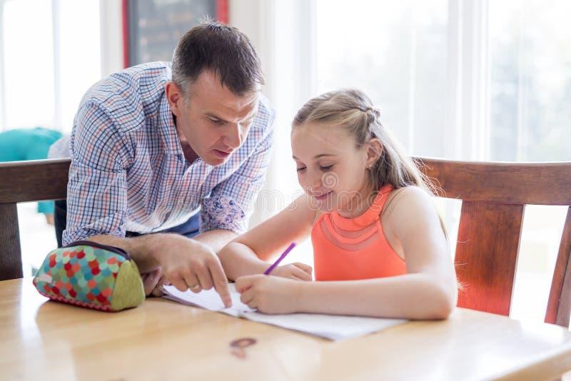 Männlicher Haupttutor Helping Teenage Girl mit Studien stockbilder