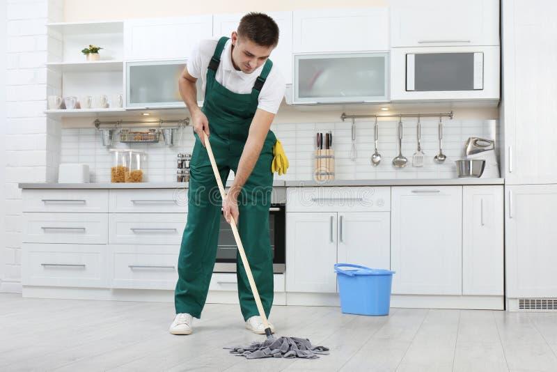 Männlicher Hausmeister-Cleaning Floor With-Mopp stockfotografie