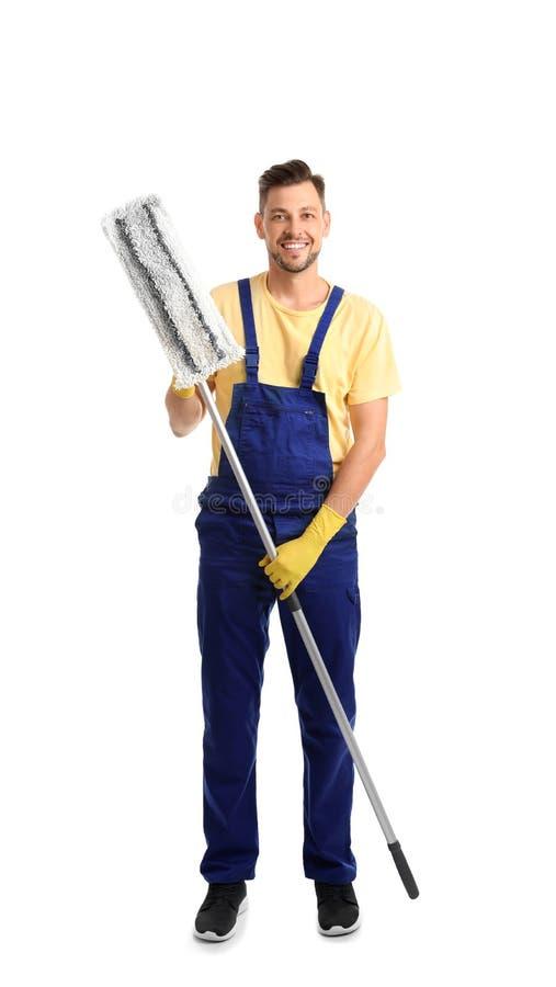 Männlicher Hausmeister mit Mopp auf weißem Hintergrund lizenzfreies stockfoto