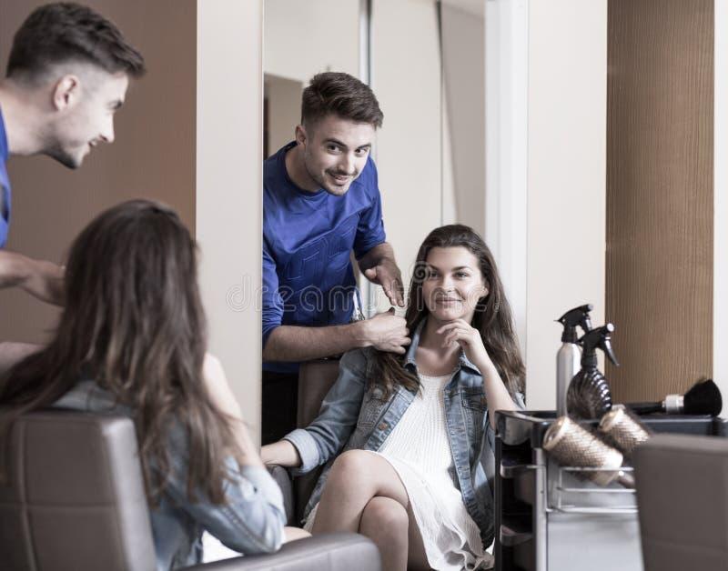 Männlicher Herrenfriseur und weiblicher Kunde stockbilder