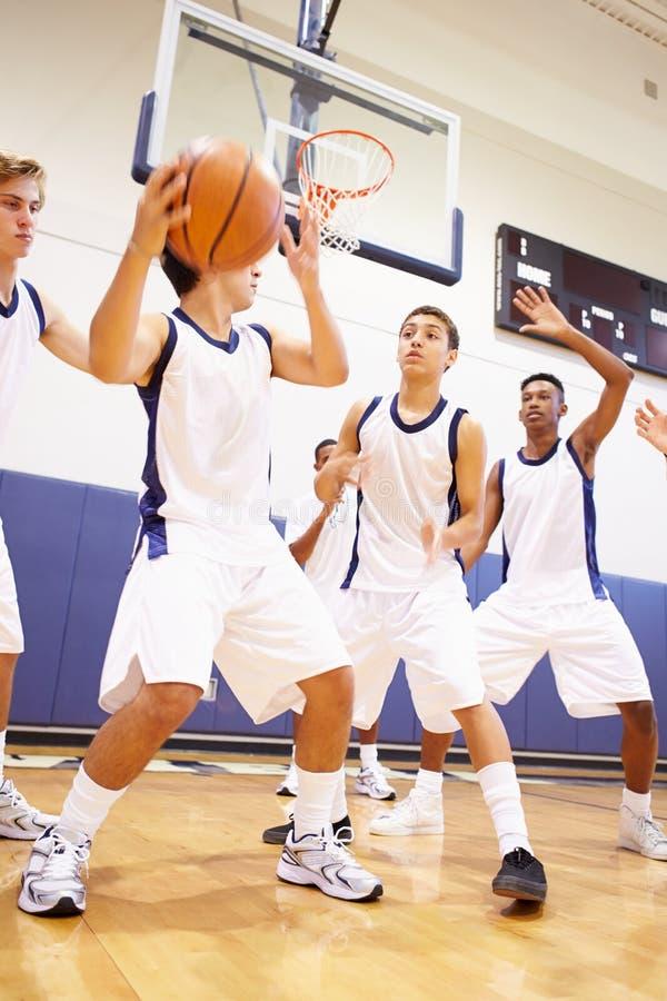 Männlicher Highschool Basketball Team Playing Game stockfotografie