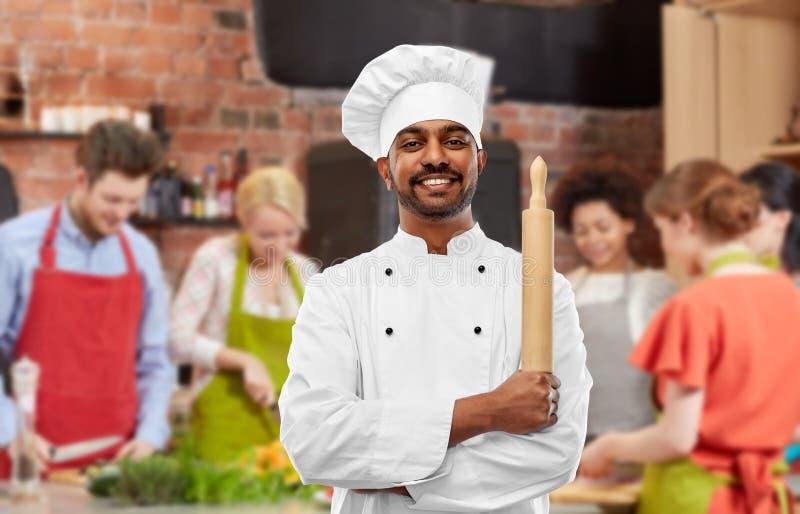 Männlicher indischer Chef mit Nudelholz am Kochkurs lizenzfreie stockfotografie