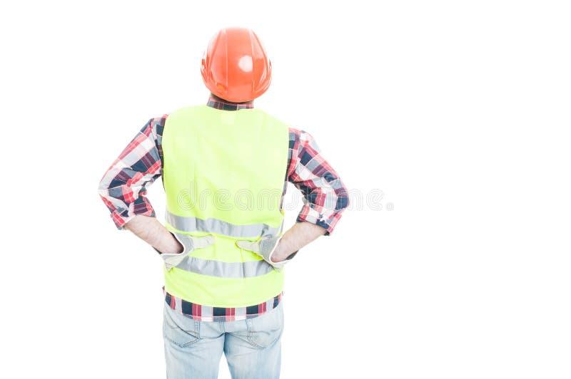 Männlicher Ingenieur, der seine Hände auf unterer Rückseite hält lizenzfreie stockfotografie